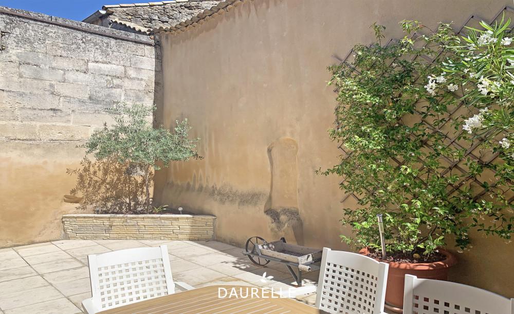 Maison à vendre avec cour, terrasse et garage à Eyragues